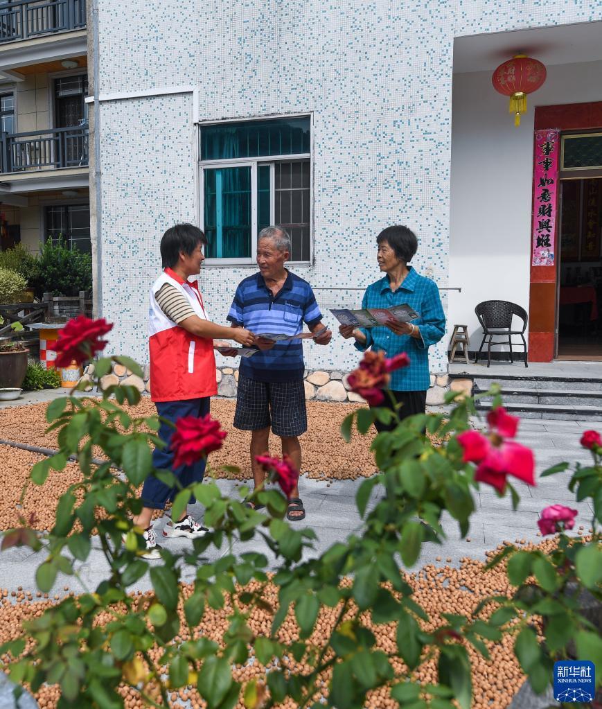 """杭州临安:争做垃圾分类""""模范生"""" 助力美丽城镇建设"""
