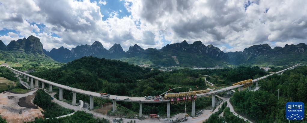 贵南高铁捞村双线特大桥合龙 全桥长约2138米