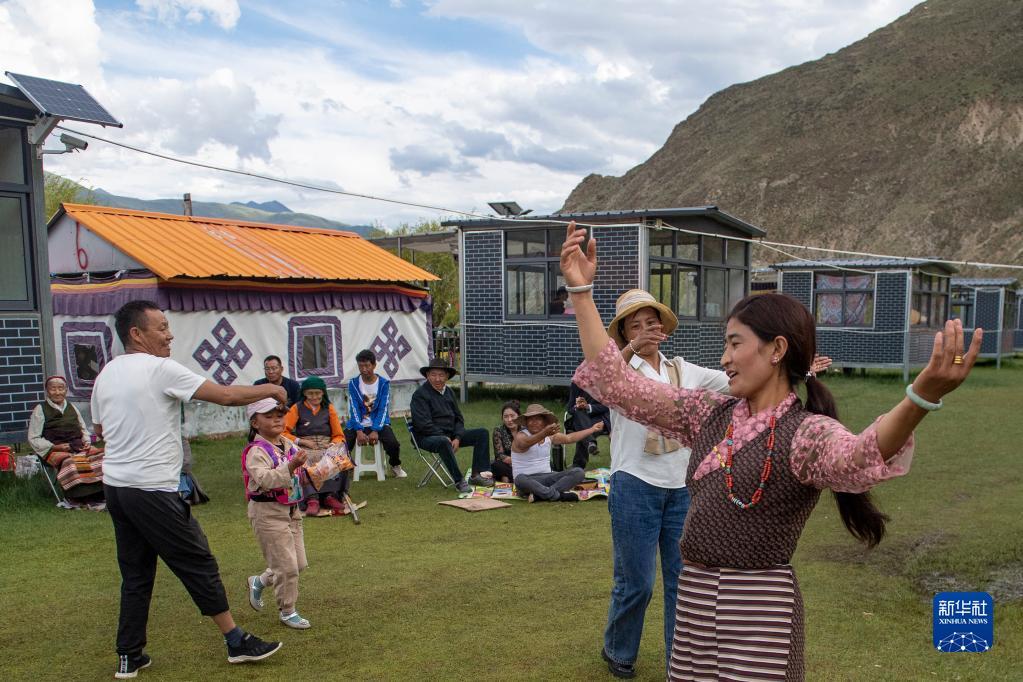 """""""过林卡"""":西藏群众举家享受休闲时光"""