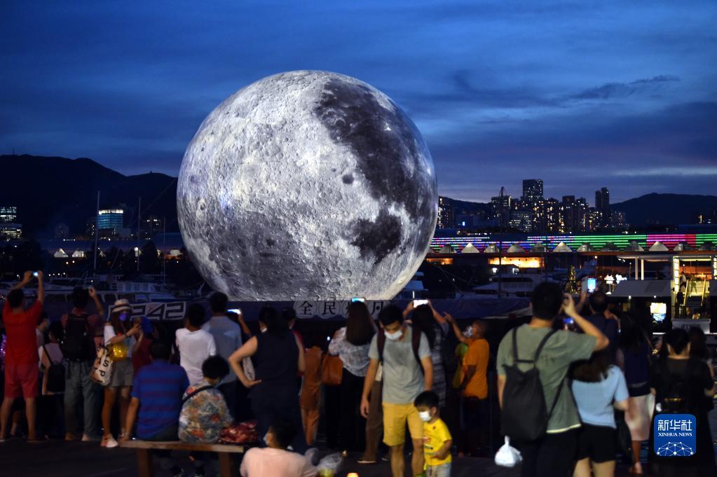 """发光""""月亮""""现身香港观塘海滨长廊 高达15米!"""
