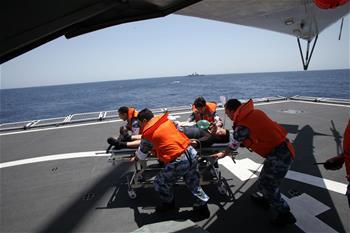 和平方舟與揚州艦在亞丁灣東部海域會合並開展遠海立體衛勤聯合訓練