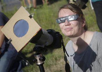 溫哥華民眾觀看日食