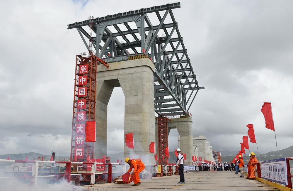 平潭海峽公鐵兩用大橋首孔鋼桁梁架設成功