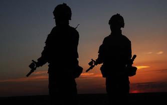 剪影|陸軍戰士的帥氣身影和戰地更配