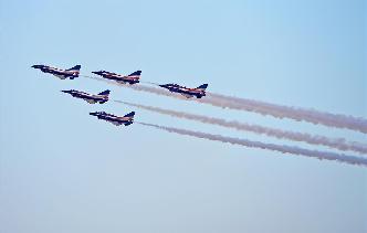 中國空軍八一飛行表演隊亮相迪拜航展