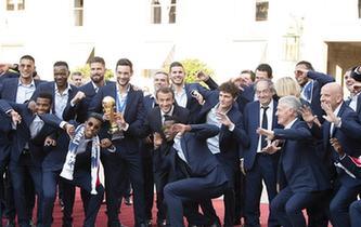 足球——法國總統馬克龍迎接法國隊凱旋