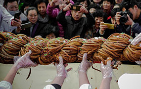 巨型麻花引眾人分享