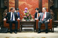 王岐山會見法國總統外事顧問博納