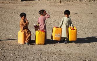 取水的阿富汗難民