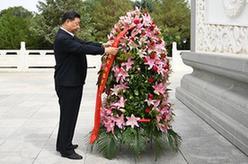 習近平向中國工農紅軍西路軍革命先烈敬獻花籃