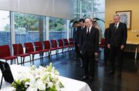 王岐山前往法國駐華使館吊唁希拉克逝世