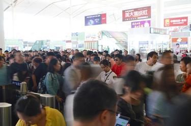 北京出入境管理服务70年:从全人工到24小时自助服务