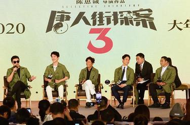 《小小的追球》定档11月26日,黄子韬雪地表演火把舞