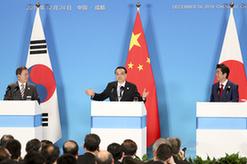 李克強與韓國總統文在寅、日本首相安倍晉三共同會見記者