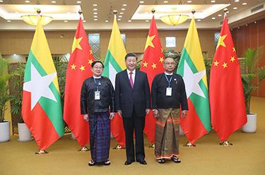 習近平同緬甸聯邦議會議長兼人民院議長蒂昆密和民族院議長曼溫凱丹友好交談