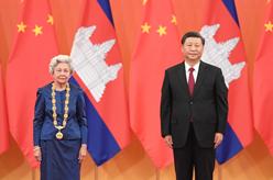 """習近平為柬埔寨太後莫尼列舉行中華人民共和國""""友誼勳章""""頒授儀式"""