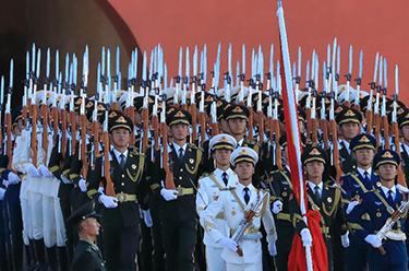 護衛國旗 重于生命——中國人民解放軍儀仗大隊國旗護衛隊執行國旗升降任務記事