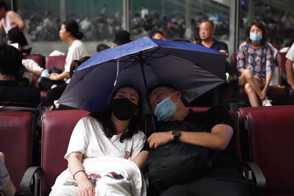 暴雨致使鄭州東站大量旅客滯留