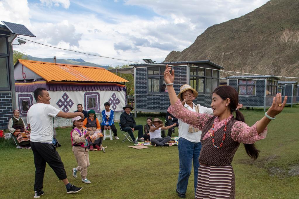 西藏群眾享受休閒時光