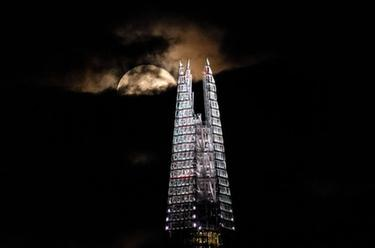 倫敦:滿月升起
