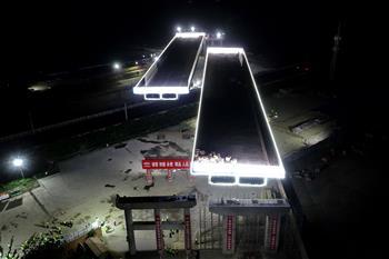京秦高速河北玉田段跨京哈鐵路大橋成功雙轉體