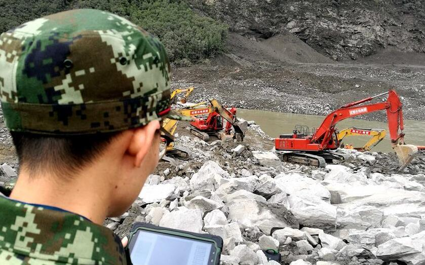 武警水電部隊大型救援裝備進入茂縣災情核心區展開救援
