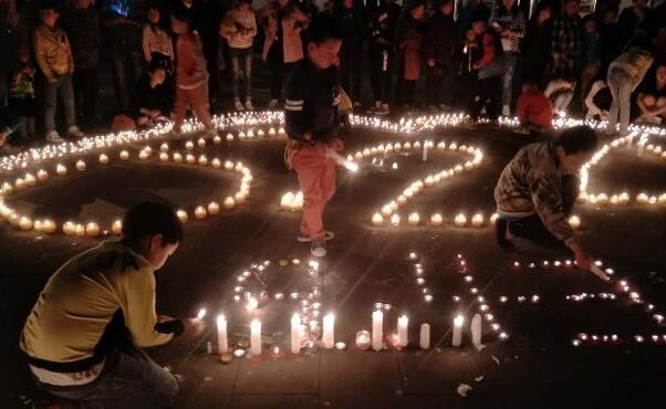 淚目!茂縣人民自發為山體垮塌遇難者祈福