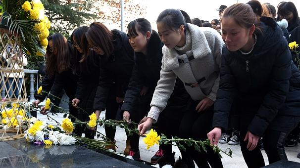 南京:市民學生在草鞋峽祭奠大屠殺遇難同胞