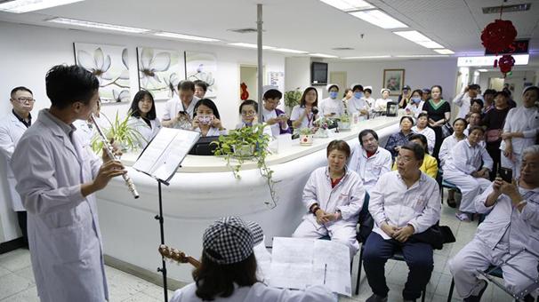 """醫院病房奏響""""愛心迷你音樂會"""""""