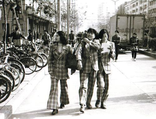 """40年來,國人衣著變化之大超乎想象——告別""""灰黑藍"""" 更潮更有范兒"""