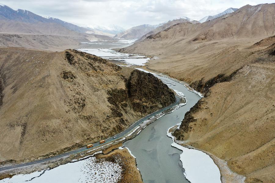 公路縱貫天山南北新疆加快項目建設推動交通大發展
