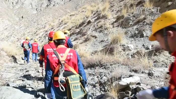 新疆巴州:年度首檢阿爾金山高海拔無人區電力線路