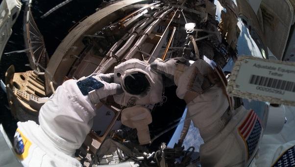 美國兩名女宇航員太空行走為空間站換電池
