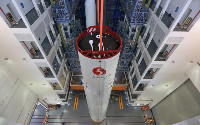 這是在廠房吊裝過程中的長徵五號遙三運載火箭