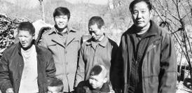 66歲老漢深山扶貧10年 鄉親們立碑感謝他