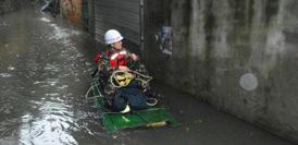 廣西暴雨致局地積水超1米 居民乘竹筏脫圍