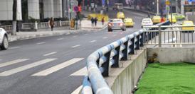 """重慶現""""任性""""斑馬線 斑馬線與人行道被防撞欄桿隔離"""