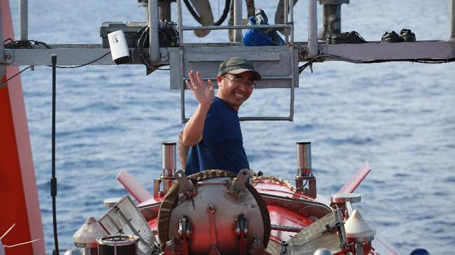 """4811米:新華社記者搭乘""""蛟龍""""號完成在世界最深處下潛"""