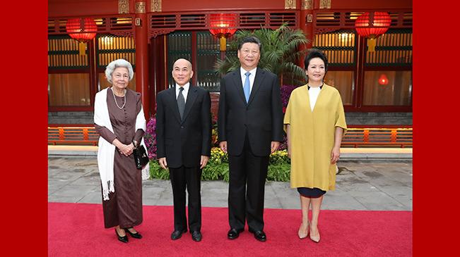 習近平主席夫婦看望柬埔寨國王西哈莫尼和太後莫尼列