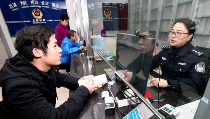 """人在""""證""""途,少了奔波 ——一張身份證的民生暖流"""