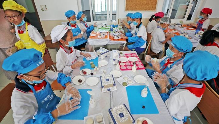 """""""妈妈第一次吃到我做的菜时高兴得哭了"""" ——中国孩子在劳动教育中健康成长"""