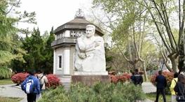 烈士陵園裏,為何安葬著一位外國記者?