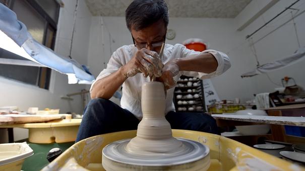 會跳舞的碗:臺灣陶藝家制造出比蛋殼更薄的瓷碗