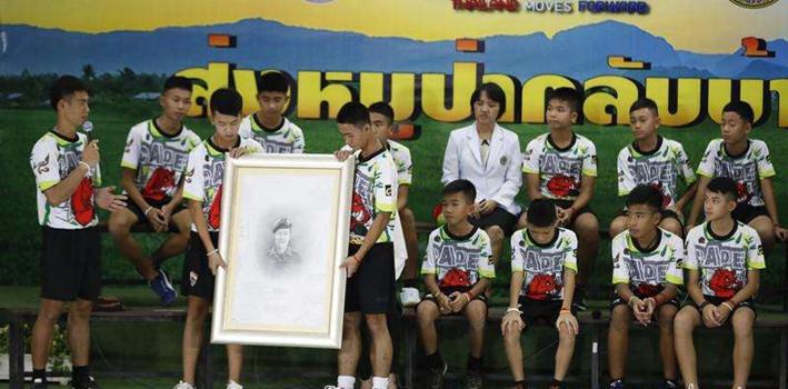 泰國:泰少年足球隊獲救後首次集體亮相
