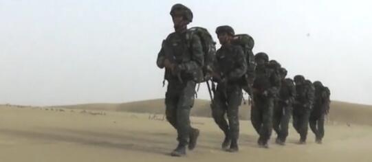 沙漠腹地 武警特戰隊員挑戰極限訓練