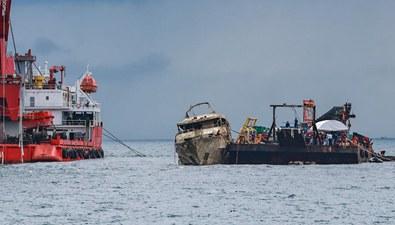 """泰國:打撈上岸的""""鳳凰""""號遊船將被封鎖"""