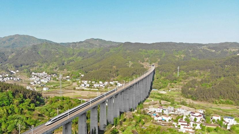 穿山越隧遁地飛行 航拍高鐵穿越大別山
