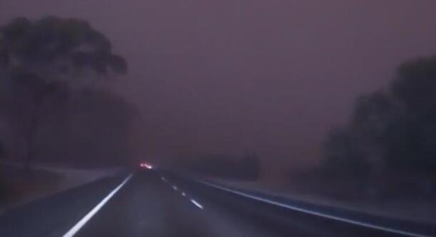 司機駕車闖沙塵暴
