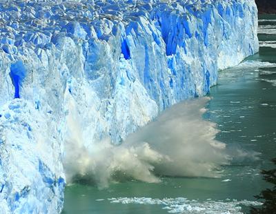 驚險!命懸一線 冰川崩塌巨浪卷向小艇