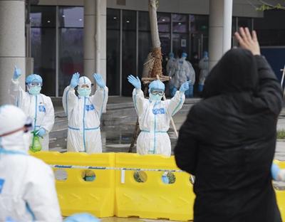 湖北武漢:江夏方艙醫院首批23名患者康復出院
